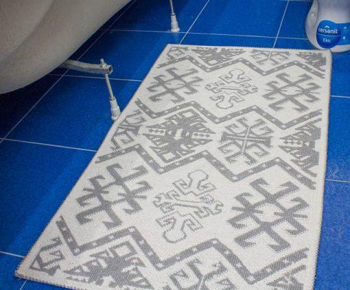 Фото коврик в ванну и туалет серого цвета пестрый